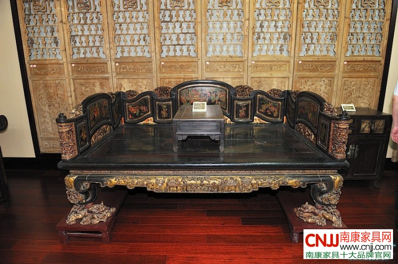 当今社会,中国民族文化与传统设计对现代设计具有举足轻重的地位和作用。中国古代设计与现代设计,虽然因为时代的变化,材料的更新,工艺的进步,使设计手法有很多变化,但它们之间却有着一种不可磨灭的传承关系。 中国古代传统家具由于受民族特点、风俗习惯、地理气候、制作技巧等不同环境的影响,形成了一种工艺精湛、不轻易装饰、耐人寻味的东方家具体系,在世界家具发展史上独树一帜,具有鲜明的东方艺术风格特点。以下就主要以明清家具为例来阐述一下中国古代家具设计对现代家具设计的影响。  一、明清家具设计特点 明清时期是中国古代设