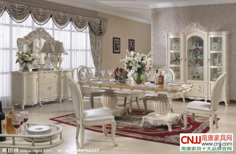 在这两种家具功能组合的设计当中,餐厅备餐台的功能作为主要功能,而图片